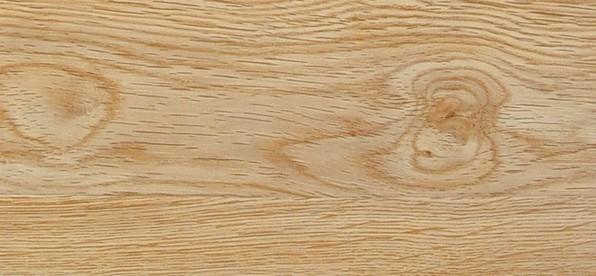 【地理位置】原产于巴西、马来西亚、泰国等。国内产于云南、海南及沿海一带,是乳胶的原料。 【材质】橡胶木颜色呈浅黄褐色,有杂乱的小射线,年轮明显,轮界为深色带,管孔甚少。木质结构粗且均匀。纹理斜,木质较硬。 【优缺点】 优点:切面光滑,易胶粘,油漆涂装性能好。 缺点:橡胶木有异味,因含糖分多,易变色、腐朽和虫蛀。不容易干燥,不耐磨,易开裂,容易弯曲变形, 木材加工易,而板材加工易变形。 【橡胶木家具的优点】 1、橡胶木是东南亚的胶农割完树胶之后的老材砍伐后用来制作建材和家具的,生长周期不长。 2、这种木材在